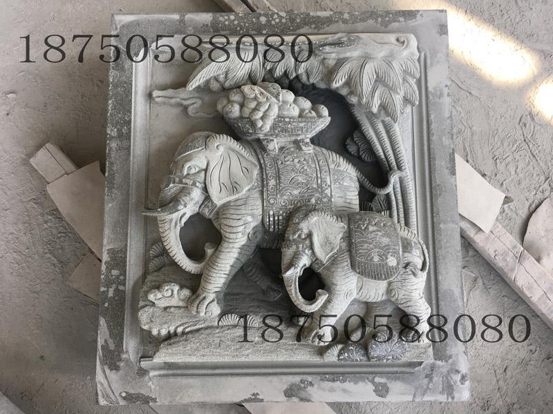 别样的石雕大象分类及应用 石雕大象除了款式有多种、寓意互不相同外,在制作形式也有各式各样的,二维、三维的应有尽有,不同的雕刻形式可以给人带来不同的视觉体验。 圆雕石雕大象摆件。圆雕就是对一块石头进行全方位的雕刻打磨,形成的石雕大象就是我们在日常生活中看到的门口摆件。随着科学技术及雕刻技艺的发展,圆雕石象不只有室外门口摆件一种,而出现了多种微雕,细似果核,薄如片纸,对于技术和机械的精密度要求都十分高。此类石雕大象不再仅限于建筑装饰用,而已成一种工艺品甚至是艺术品。 浮雕石雕大象壁堵。所谓浮雕就是石头的平面上